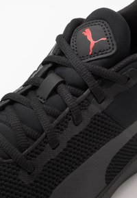 Puma - FLYER RUNNER - Obuwie do biegania treningowe - black/high risk red - 5