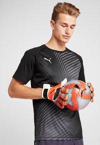 Puma - FUTURE FLARE BALL - Balón de fútbol - grey dawn/red/asphalt/puma white - 1