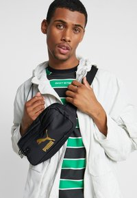 Puma - ORIGINALS BUM BAG - Ledvinka - black - 1