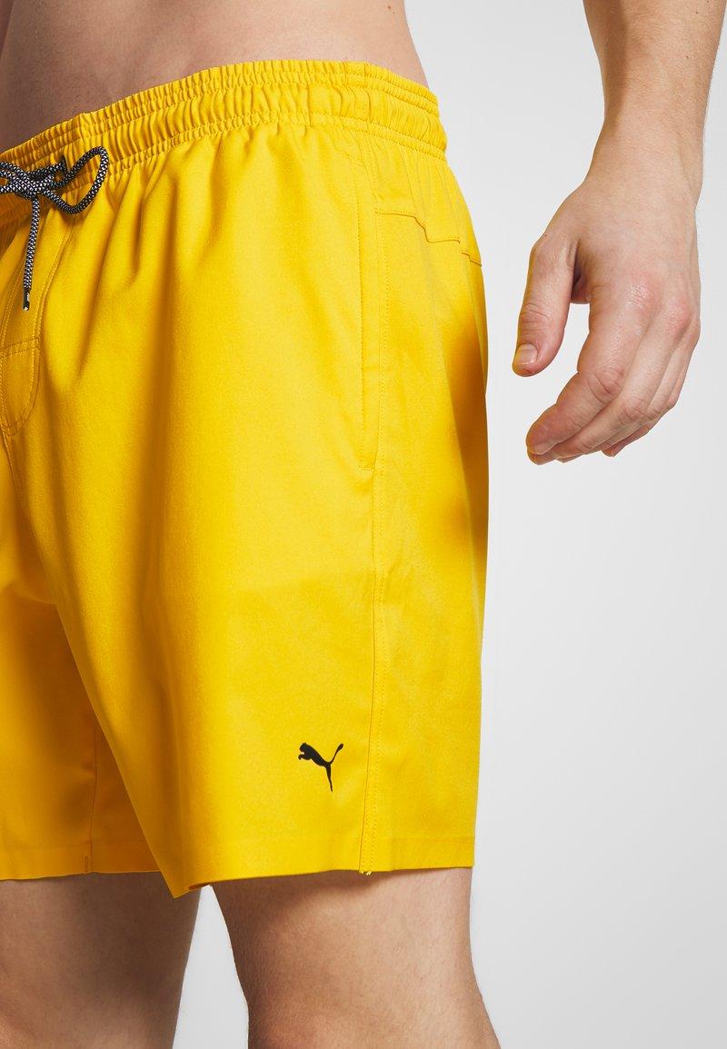 Puma SWIM MEN MEDIUM LENGTH - Badeshorts - yellow