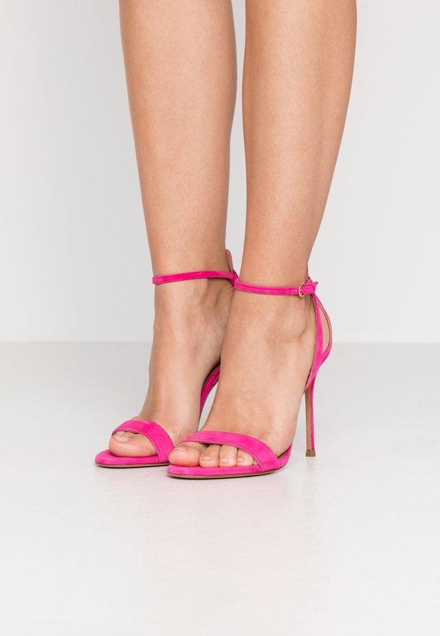 Korolliset sandaalit - fuxia