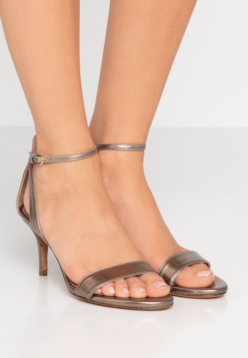 Pura Lopez - Sandaalit nilkkaremmillä - gold