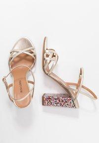 Pura Lopez - Sandaler med høye hæler - metal platin/fun - 3