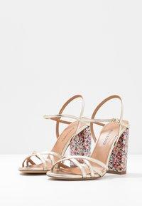 Pura Lopez - Sandaler med høye hæler - metal platin/fun - 4