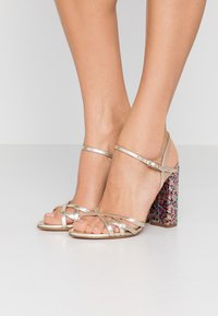 Pura Lopez - Sandaler med høye hæler - metal platin/fun - 0