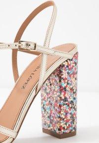 Pura Lopez - Sandaler med høye hæler - metal platin/fun - 2