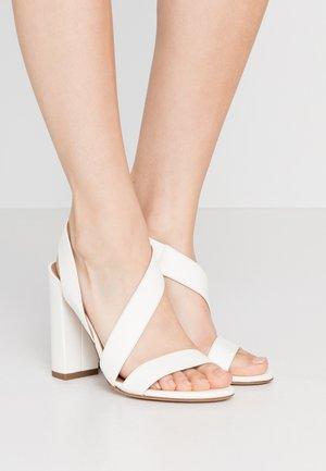 Sandaler med høye hæler - offwhite