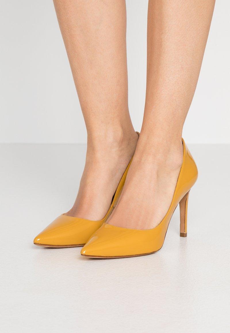 Pura Lopez - Zapatos altos - mustard