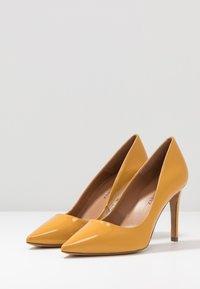 Pura Lopez - Zapatos altos - mustard - 4