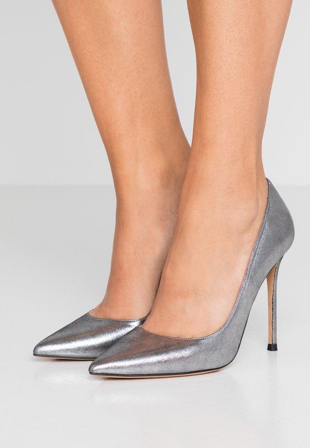 Zapatos altos - marilyn argento