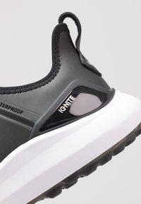 Puma Golf - IGNITE NXT PRO - Chaussures de golf - black/team gold/white - 5