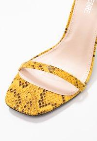 Public Desire - NOTION - Korolliset sandaalit - mustard - 2