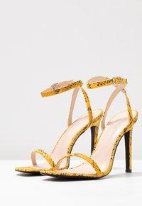 Public Desire - NOTION - Korolliset sandaalit - mustard - 4