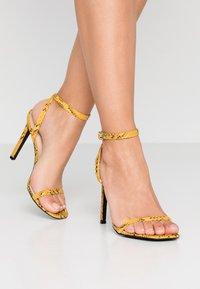 Public Desire - NOTION - Korolliset sandaalit - mustard - 0