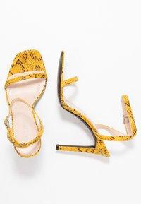Public Desire - NOTION - Korolliset sandaalit - mustard - 3