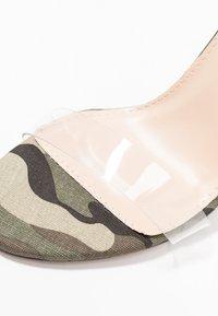 Public Desire - SLICE - Korolliset sandaalit - green - 2