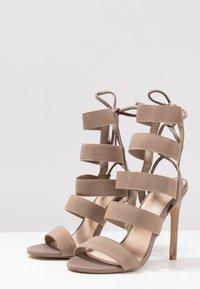 Public Desire - HARPER - Sandály na vysokém podpatku - taupe - 4