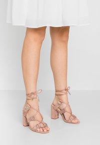 Public Desire - HOOKED - Sandály na vysokém podpatku - blush nude - 0