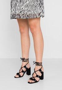 Public Desire - HOOKED - Sandály na vysokém podpatku - black - 0