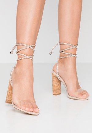SUMMER - Korolliset sandaalit - nude