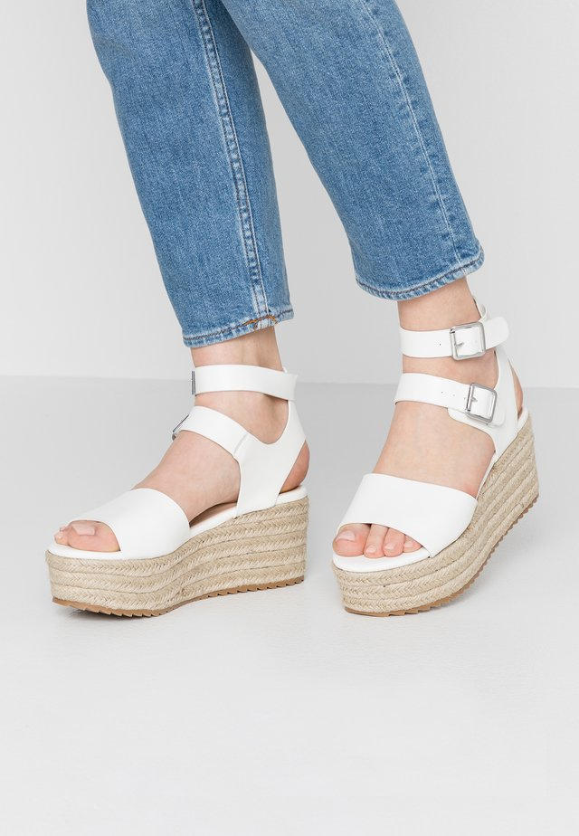 CAPRI - Sandały na platformie - white