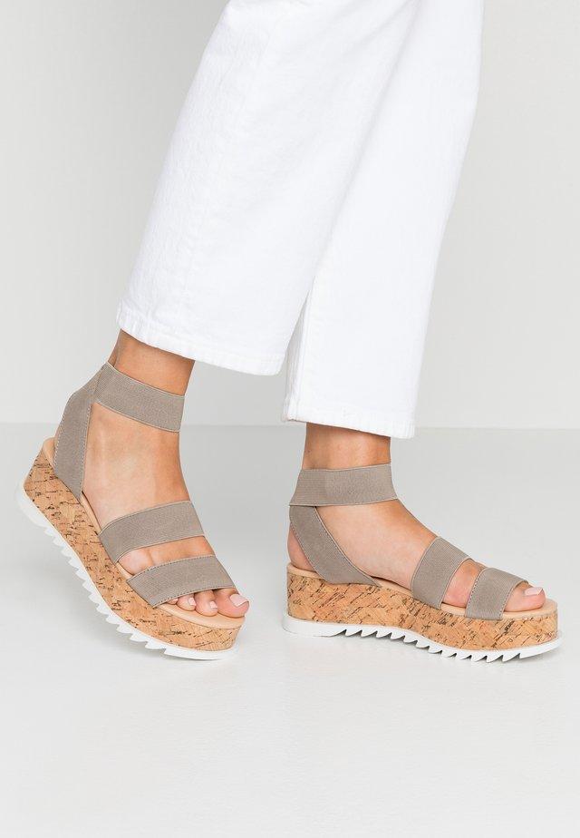CASSIE - Sandały na platformie - taupe