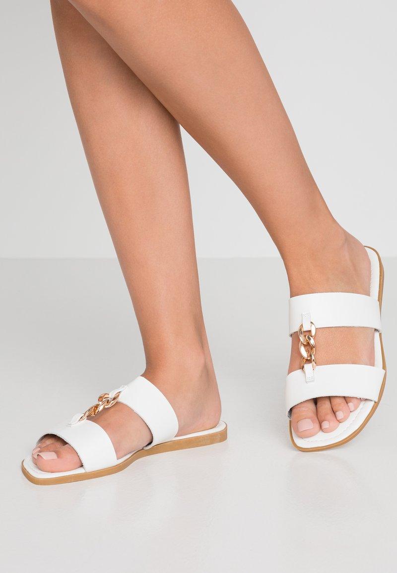Public Desire - OLA - Pantolette flach - white/gold