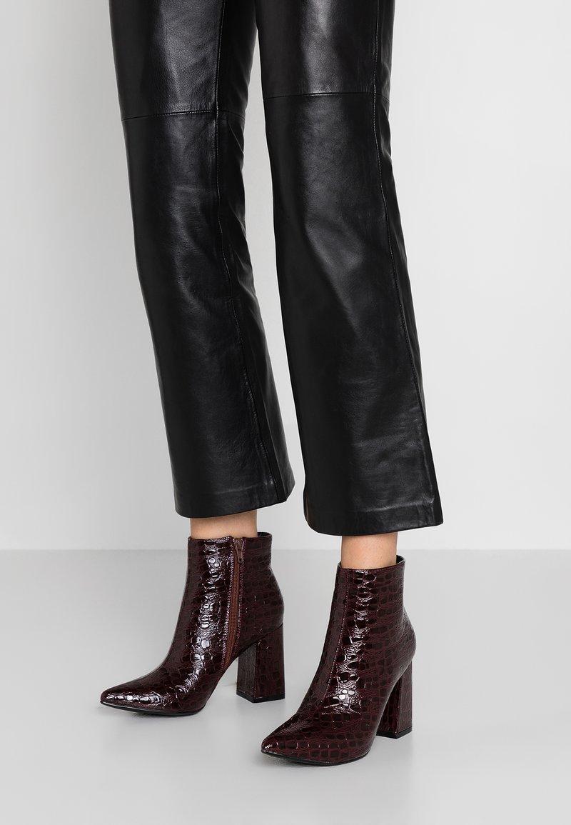Public Desire - HOLLIE - Kotníková obuv na vysokém podpatku - burgundy