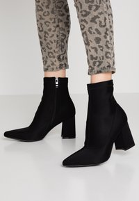 Public Desire - GRIZZLY - Bottines à talons hauts - black - 0