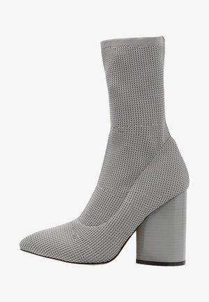 FUSE - Kotníková obuv na vysokém podpatku - grey