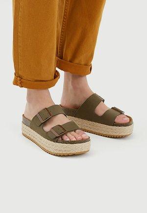 MIT BLOCKABSATZ - Sandaler - khaki