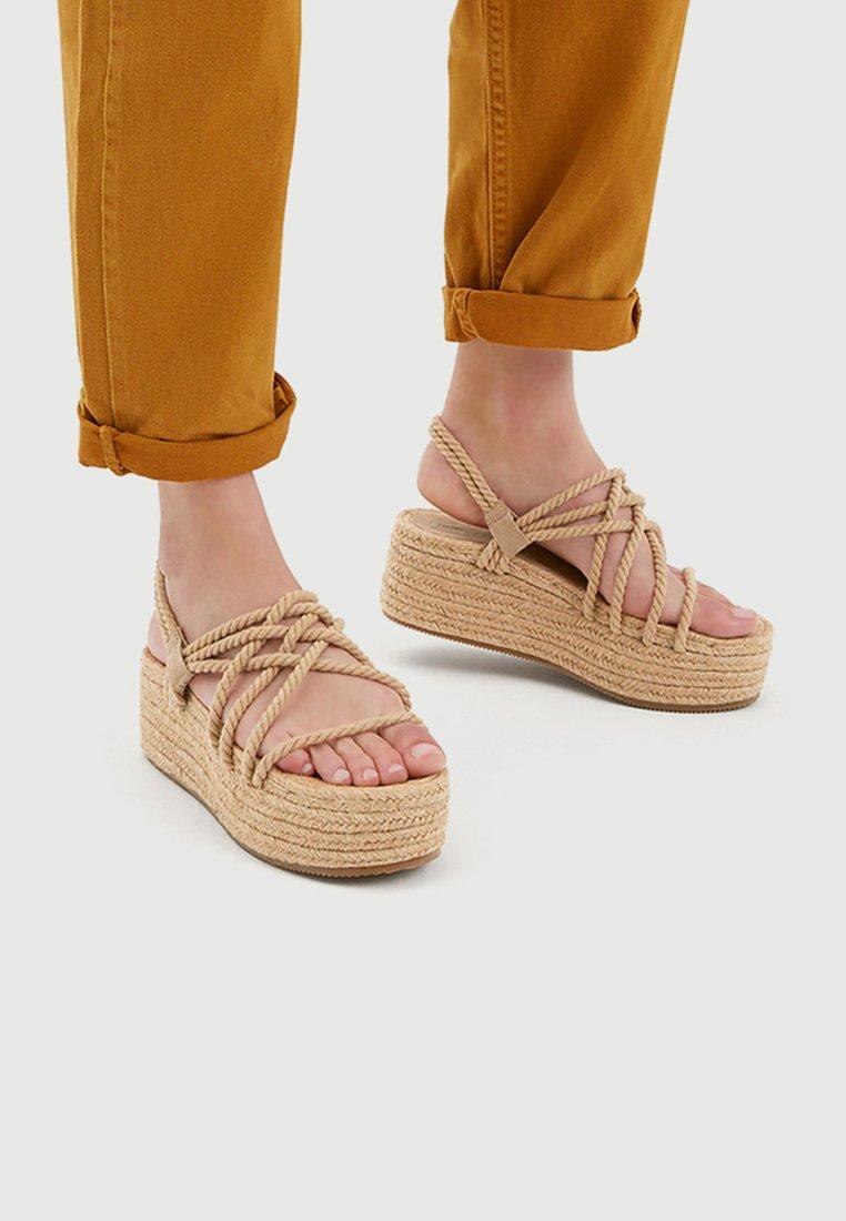 PULL&BEAR - MIT SEILEN - Platform sandals - beige