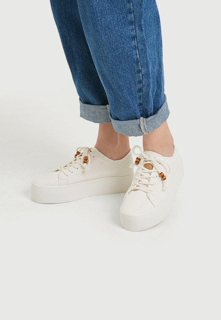 PULL&BEAR - SADIE SINK  - Sneakers basse - white