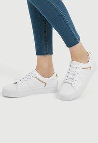 PULL&BEAR - MIT ZIERDETAIL IN BEIGE  - Chaussures de skate - white - 0