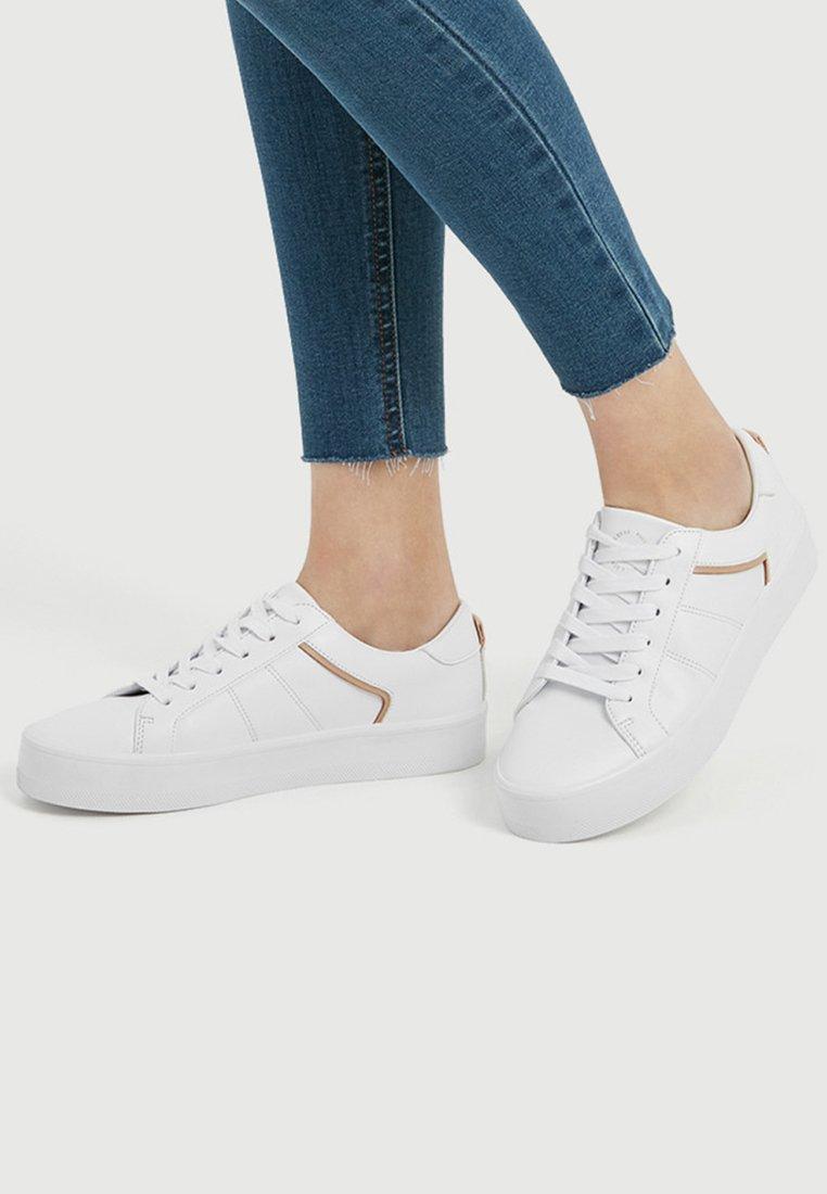 PULL&BEAR - MIT ZIERDETAIL IN BEIGE  - Chaussures de skate - white