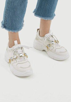 MIT VOLUMINÖSER SOHLE UND SCHMUCKSTEINEN - Sneakers - white