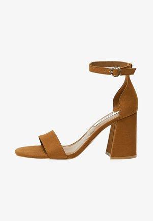 MIT HALBHOHEM ABSATZ AUS LEDER  - Sandaler med skaft - brown