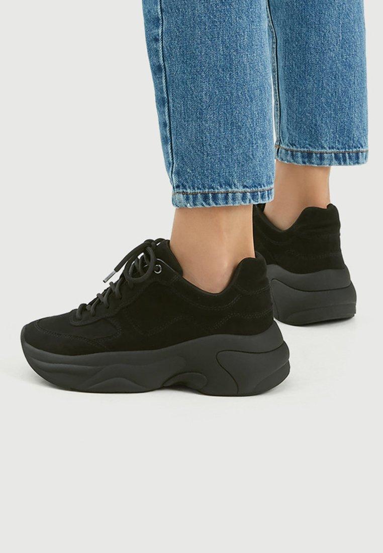 PULL&BEAR - Sneakersy niskie - black