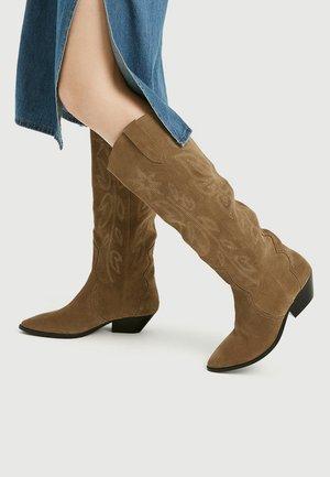 MIT ZIERSTICKEREI - Vysoká obuv - beige