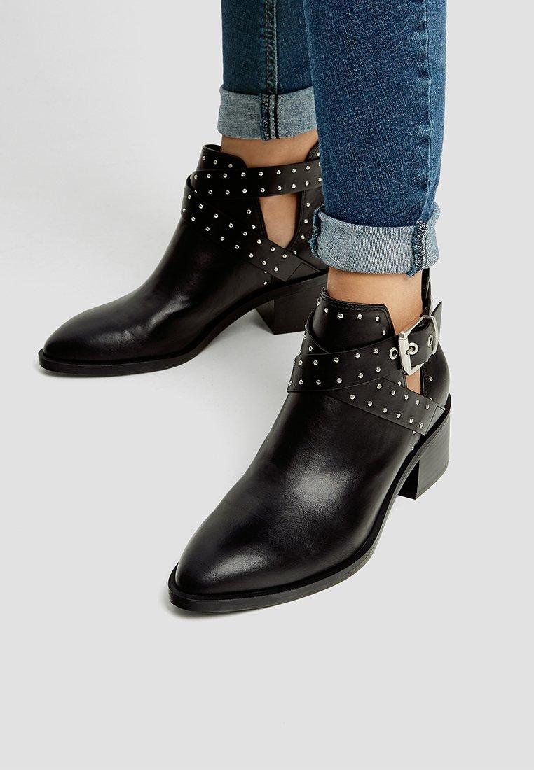 PULL&BEAR - Kotníkové boty - black