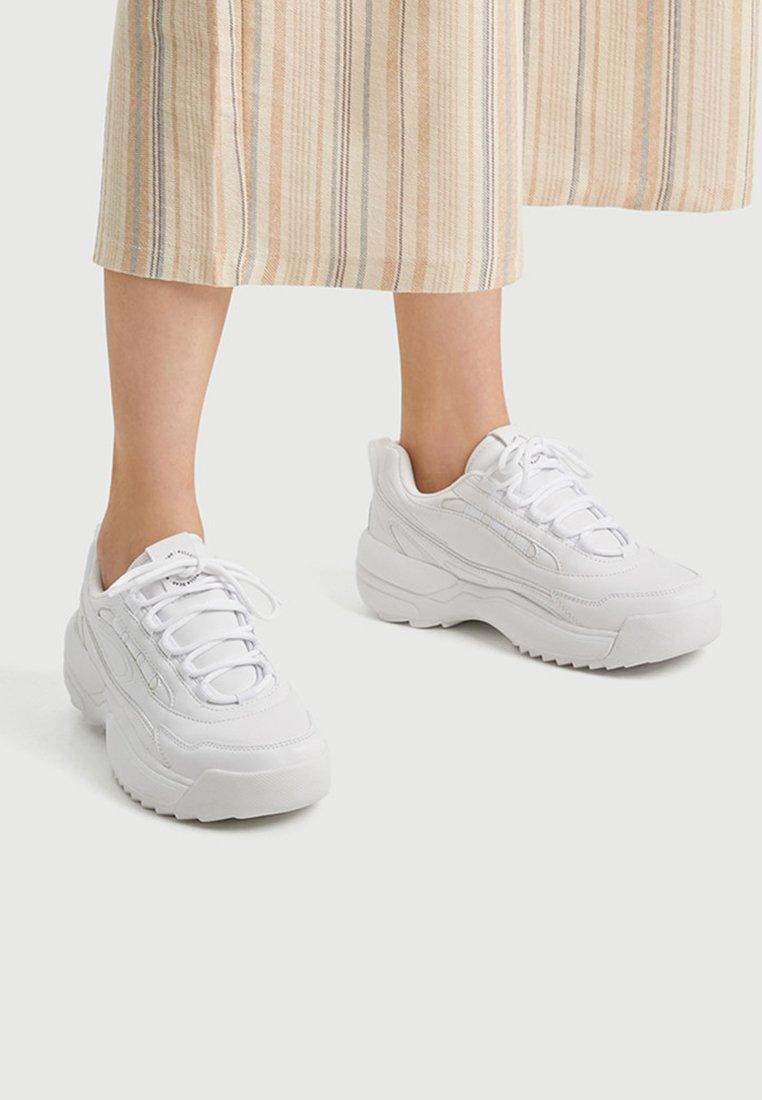 PULL&BEAR - MIT VOLUMEN  - Sneaker low - white