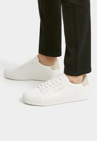 PULL&BEAR - MIT KOORDINATEN  - Sneakersy niskie - white - 0