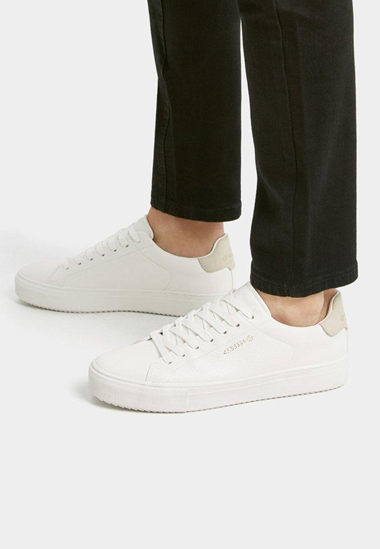 PULL&BEAR - MIT KOORDINATEN  - Sneakersy niskie - white