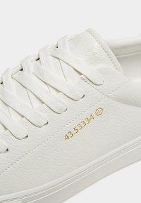PULL&BEAR - MIT KOORDINATEN  - Sneakersy niskie - white - 6