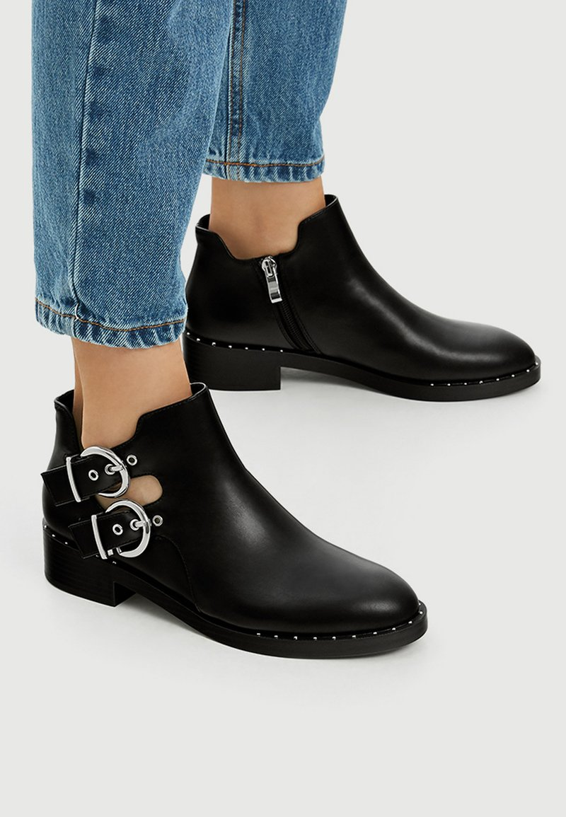 PULL&BEAR - MIT LOCHMUSTER  - Ankle boot - black