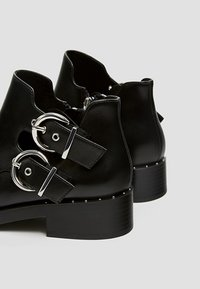 PULL&BEAR - MIT LOCHMUSTER  - Ankle boot - black - 5
