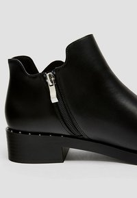 PULL&BEAR - MIT LOCHMUSTER  - Ankle boot - black - 4