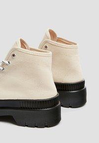 PULL&BEAR - Šněrovací kotníkové boty - white - 4