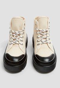 PULL&BEAR - Šněrovací kotníkové boty - white - 3