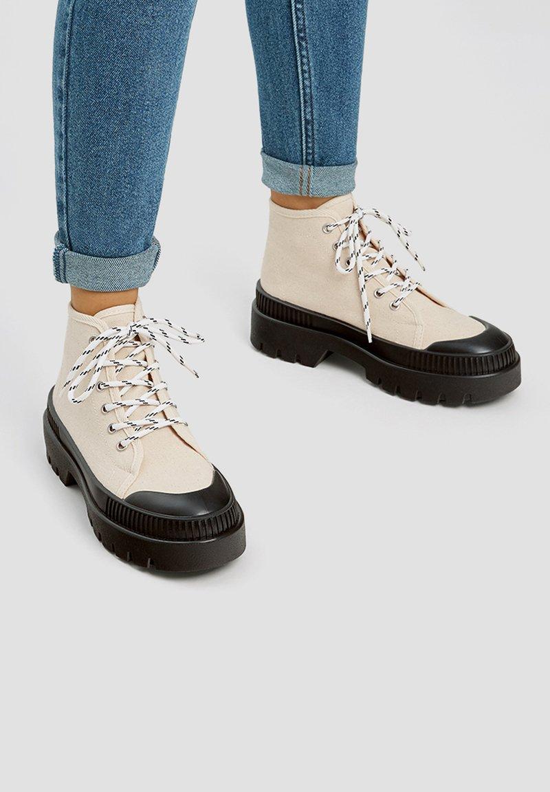 PULL&BEAR - Šněrovací kotníkové boty - white